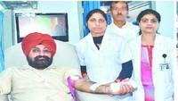 स्वैच्छिक रक्तदाता दिवस के अवसर पर आयोजित रक्तदान शिविर में रक्तदान करते लोग