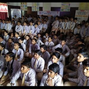 झम्मनलाल पवन स्मृति इंटर कॉलेज में बाल फिल्म का आनंद लेते बच्चे