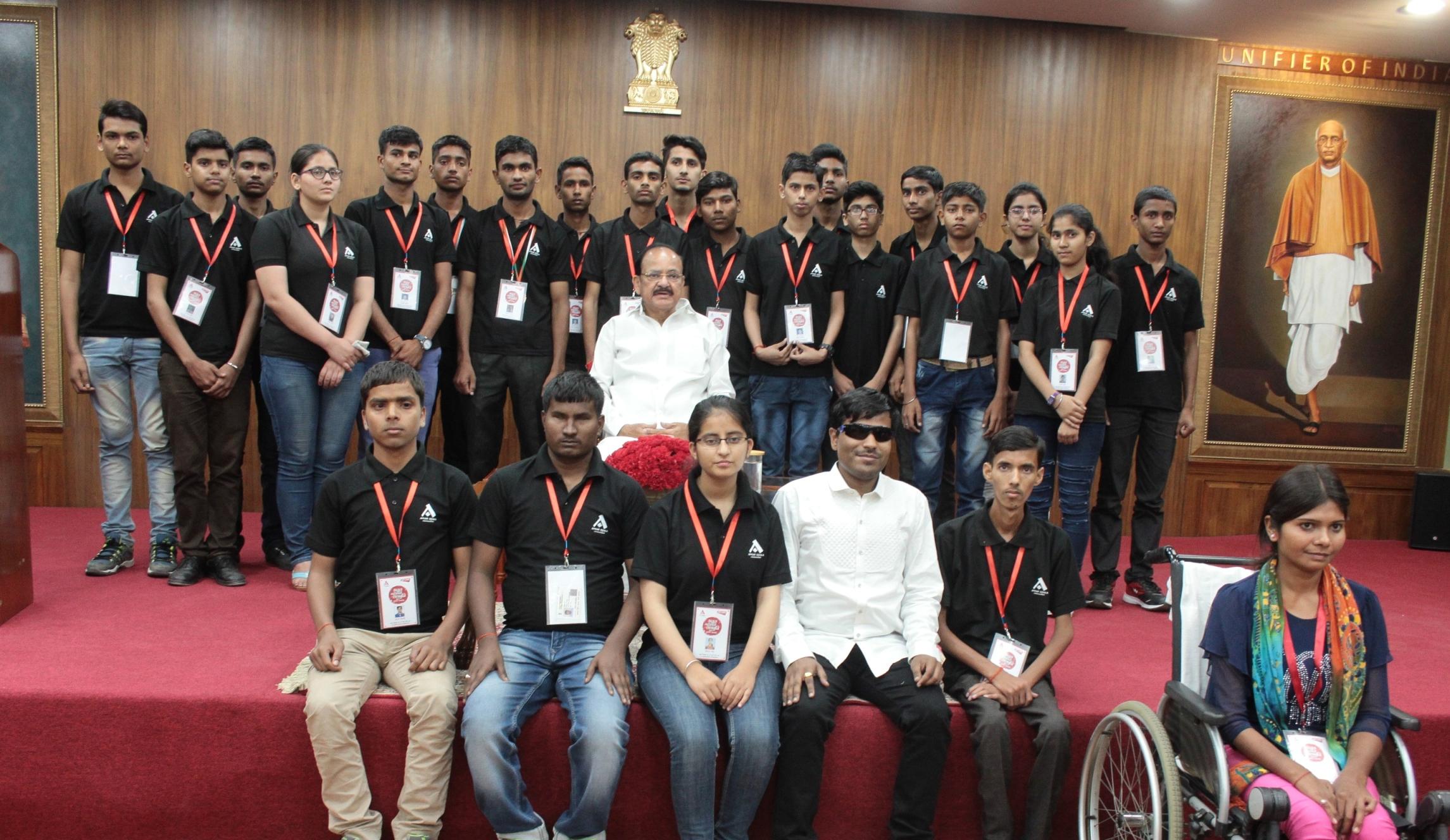 अतुल माहेश्वरी छात्रवृत्ति-2017 के विजेताओं को उप-राष्ट्रपति ने किया सम्मानित।