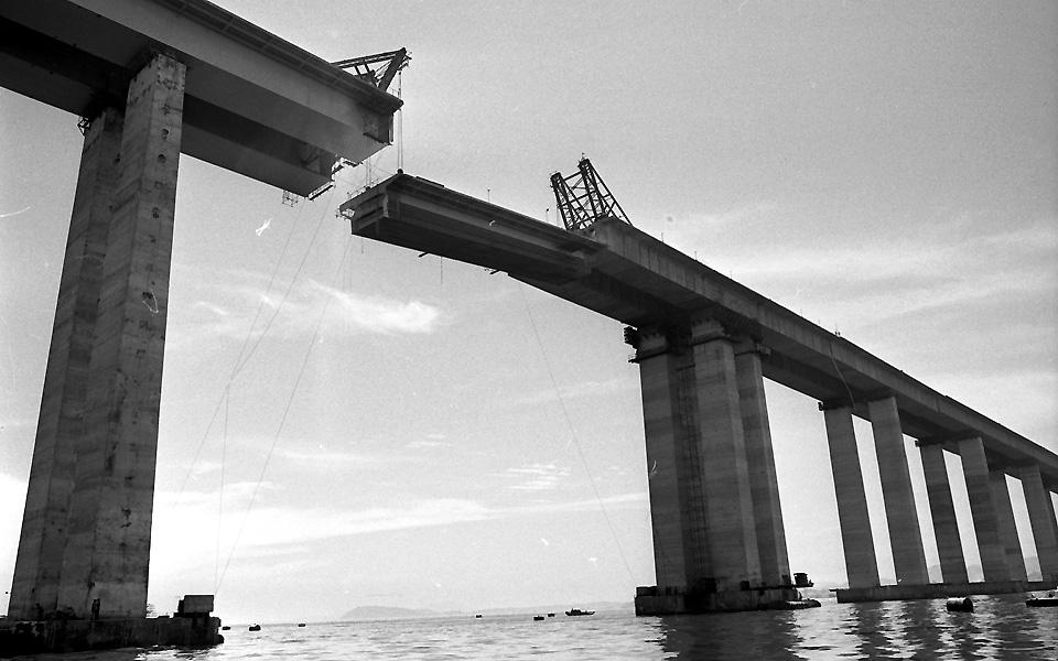 Construção da ponte Rio-Niterói.