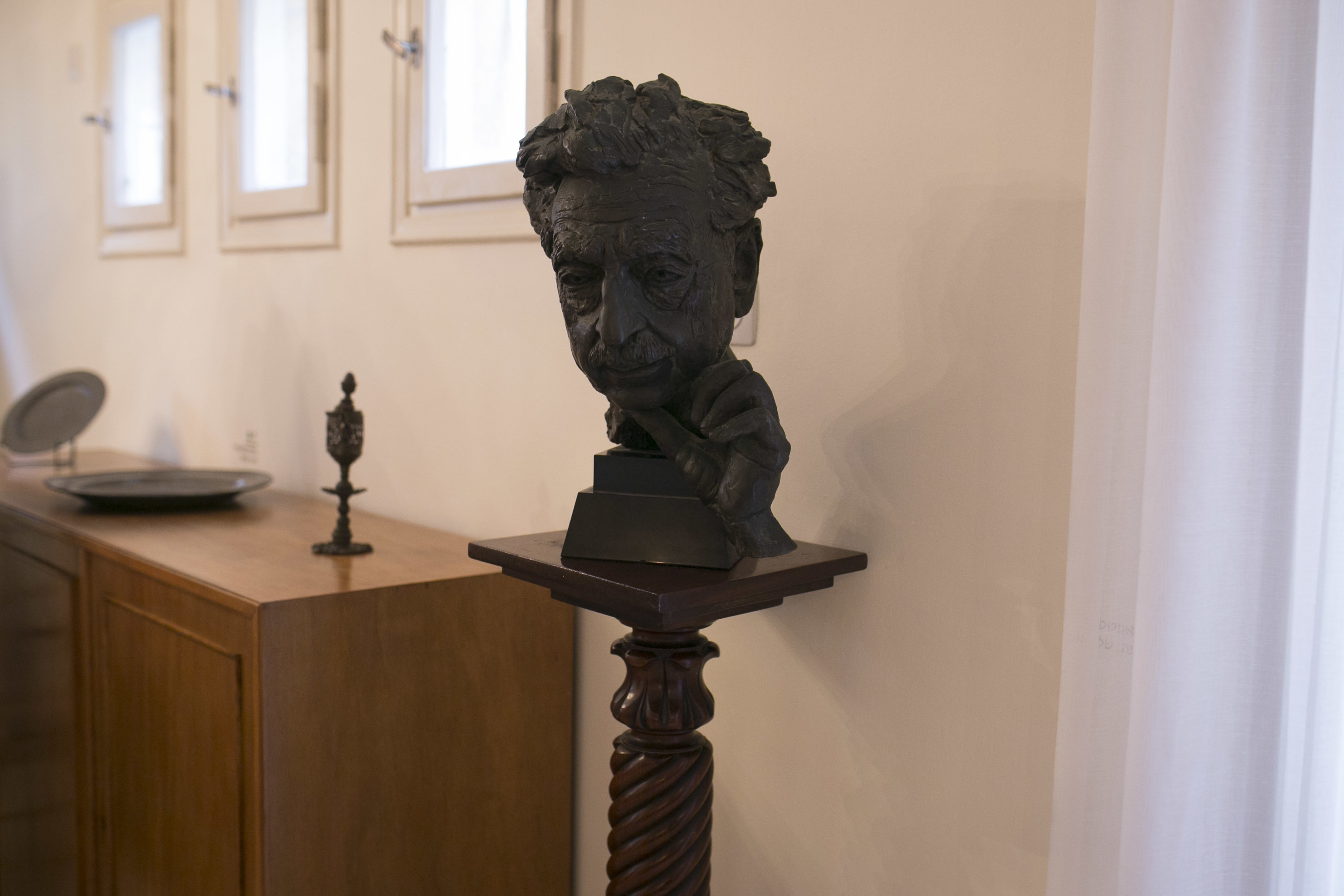 <p>Bust of Sholem Asch by Jacob Epstein, in the liv­ing room of the Sholem Asch Hoyz muse­um. Pho­to by Shi­raz&nbsp;Grinbaum.</p>