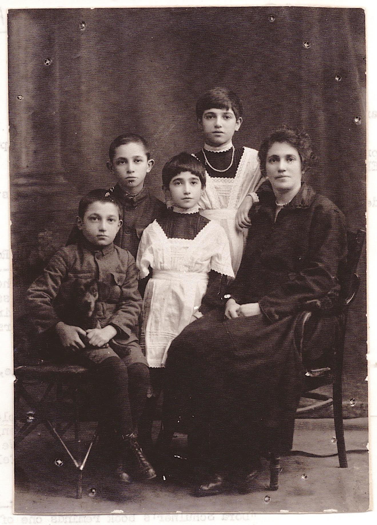 <p>Dora Schulner and&nbsp;family</p>
