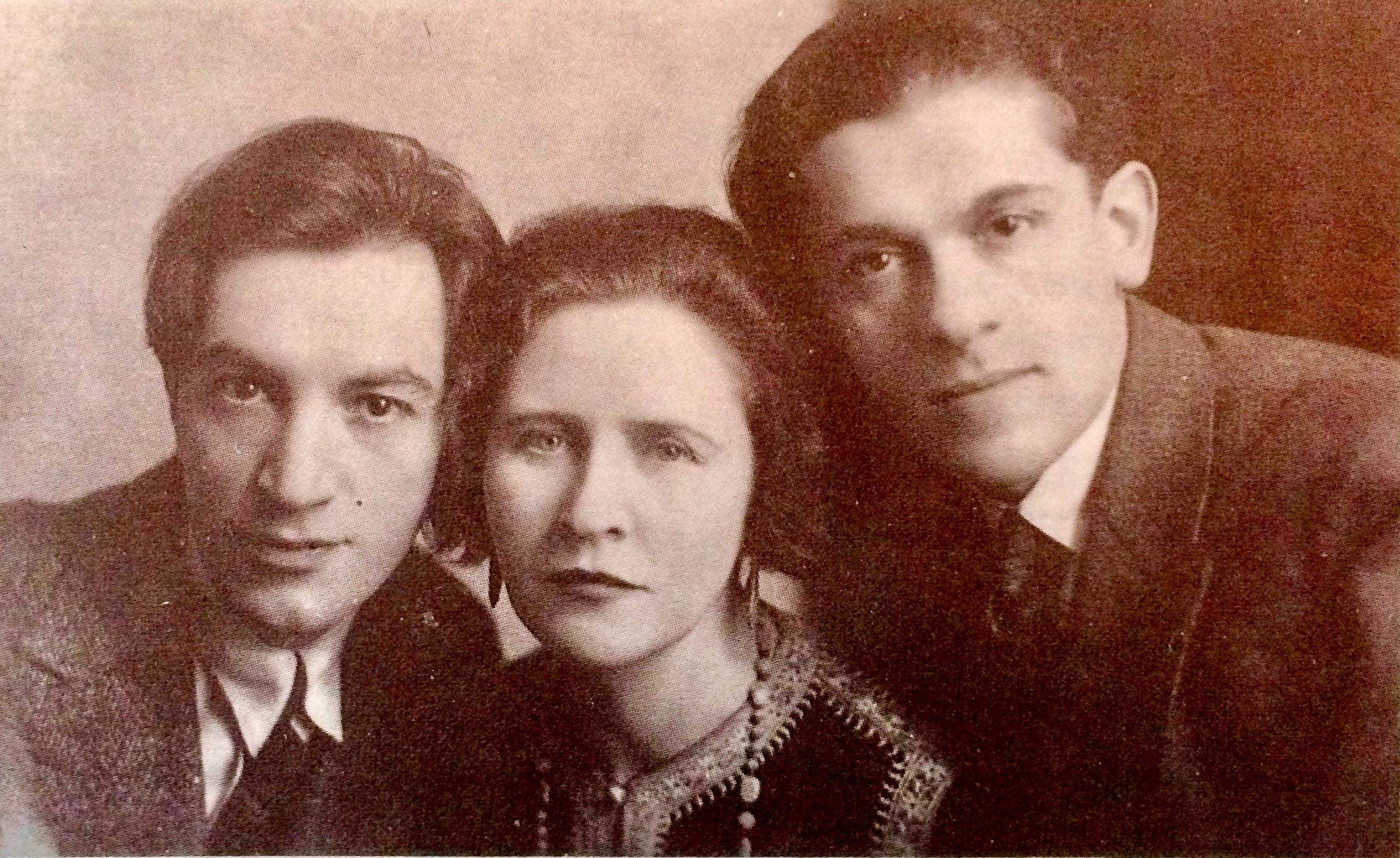 <p>Moyshe Broderzon, Hannah Rovinah, and Hertz Grosbard. Rovinah brought this photo to their reunion at Habimah in 1955. (© M.&nbsp;Tsanin).</p>
