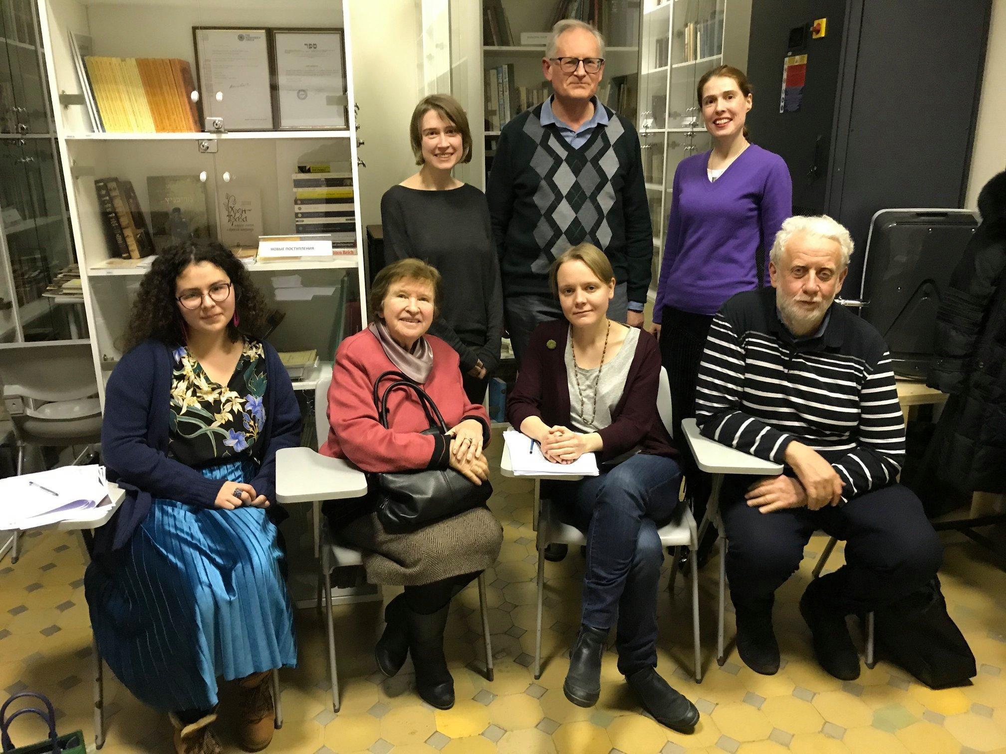 <p>Mikhail Krutikov's visit to the Jewish Museum of Moscow's <em>leyen krayz. </em>(Back row: Olga Vinogradova, Mikhail Krutikov, Lyubov&nbsp;Lavrova.)</p>