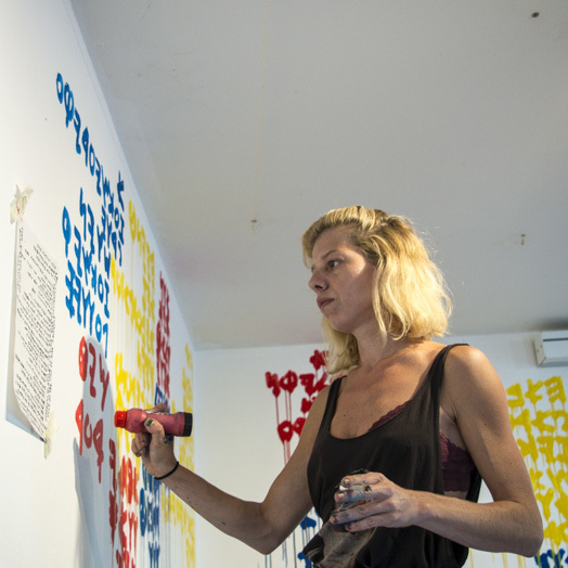 "<p>Ella Poni­zovsky-Bergel­son paints using the text of Kadya Molodowsky's poem <span class=""push-double""></span>​<span class=""pull-double"">""</span><em>A papirene brik.</em>"" Pho­to: Tan­ja Katha­ri­na&nbsp;Lindner.</p>"