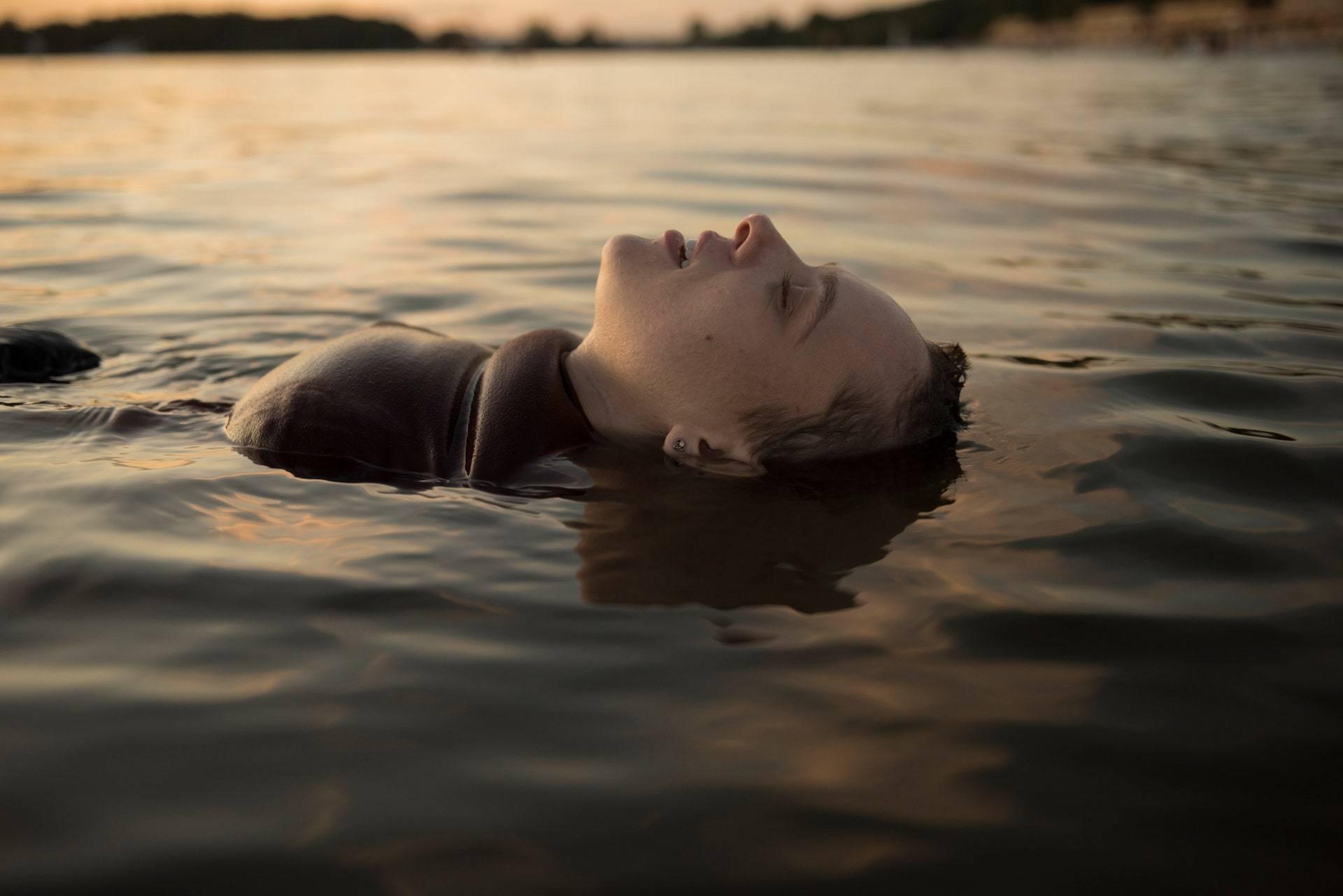 <p>Esty taking off her sheitel in Berlin. Anika Molnar/Netflix</p>