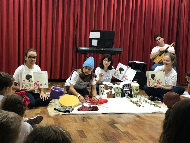 <p>Story time at <em>Viver com Yiddish </em>is an interactive and tactile experience for the&nbsp;children.</p>