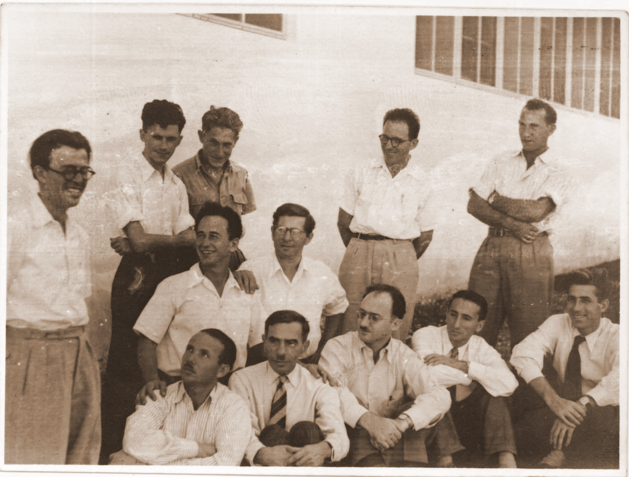 <p>The young Binyomin Harshav together with the founding members of <em>Yung Yisroel</em>, including Abraham&nbsp;Sutzkever.</p>
