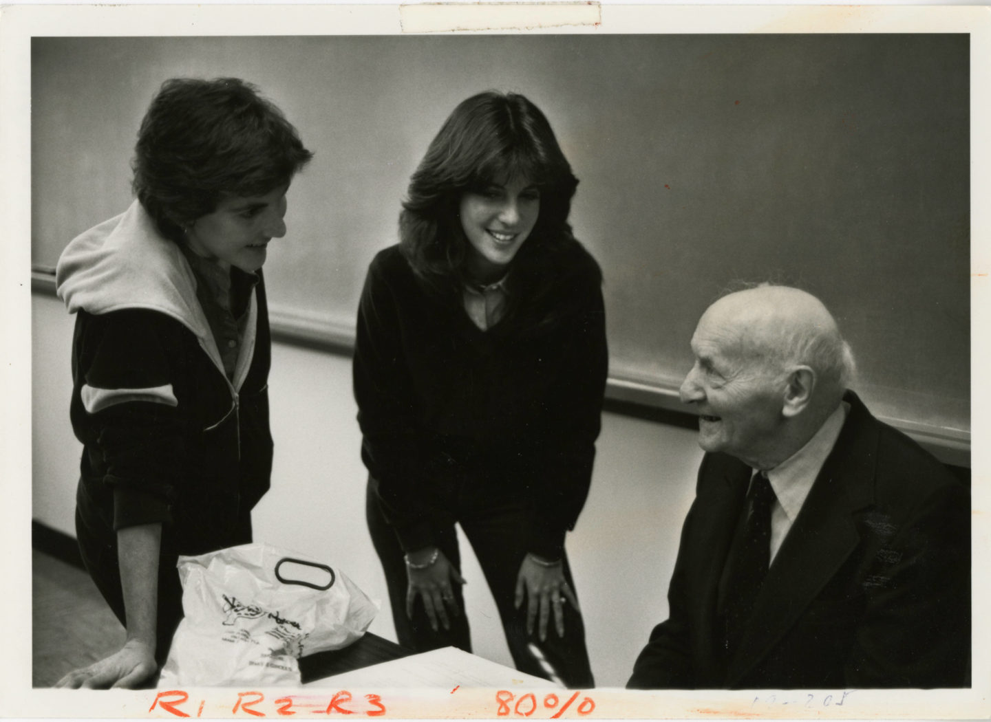 "<p>Isaac Bashevis Singer and students (<a href=""http://merrick.library.miami.edu/cdm/singleitem/collection/umpeople/id/94/rec/1"">University Archives, University of Miami&nbsp;Libraries</a>)</p>"