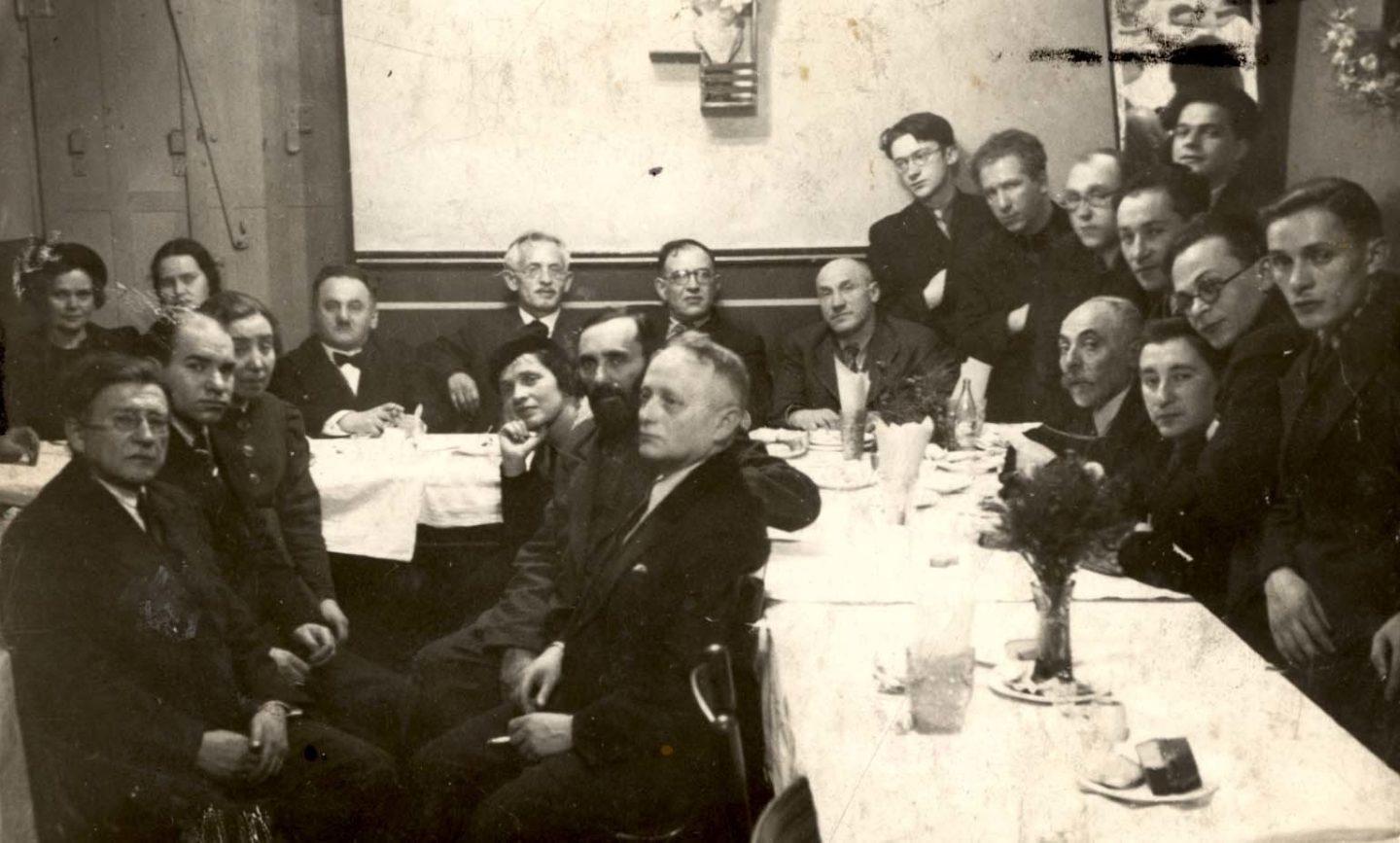 <p>A farewell party for Falk Halperin at Velfke's restaurant in 1938, featuring a who's who of Vilne's Yiddishist cultural milieu. See below for a numbered identification of people in the photograph. Source: Yad Vashem, Photo Archive, Jerusalem, Archival Signature&nbsp;3380/296.</p>