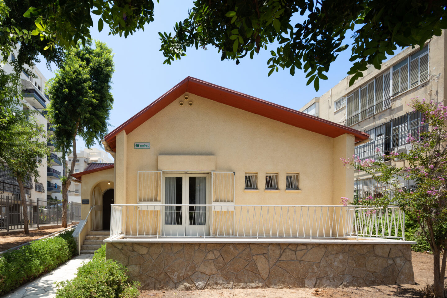 "<p>Exte­ri­or of Sholem Asch's last home at <span class=""numbers"">50</span> Arlozorov Street in Bat Yam, now reopened as a&nbsp;muse­um. Pho­to by Tal&nbsp;Nisim.</p>"