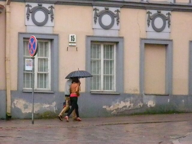 <p>A couple on the streets of Vilna, photograph by Rachel&nbsp;Mines.</p>