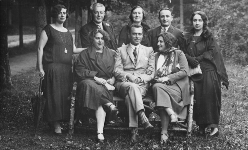 """<p>The editors of <em>In geveb</em> on vacation in Marienbad. <a href=""""http://collections.ushmm.org/search/catalog/pa1099916"""">via</a></p>"""