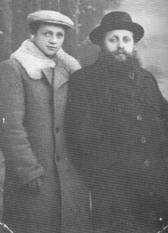 <p>Tsvi Lasker and his son Mordechai. Both sur­vived the war. The pho­to belongs to Mordechai's daugh­ter. My thanks to the Vein­sh­tok&nbsp;family.<strong></strong></p>