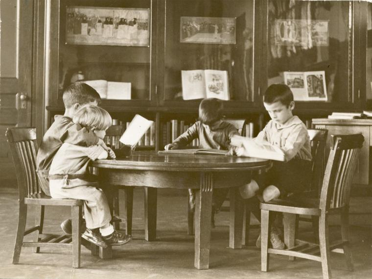 "<p>Chil­dren read­ing at the St. George Library Cen­ter in Stat­en Island, via <span class=""caps"">NYPL</span> Dig­i­tal Collections</p>"