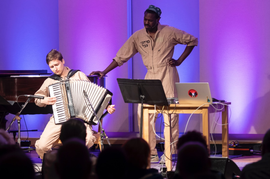 <p><em>Tsvey Brider </em>(Dmitri Gaskin and Anthony Mordechai Tsvi Russell) performing at Yidstock 2018, Yiddish Book Center (Amherst,&nbsp;2018)</p>