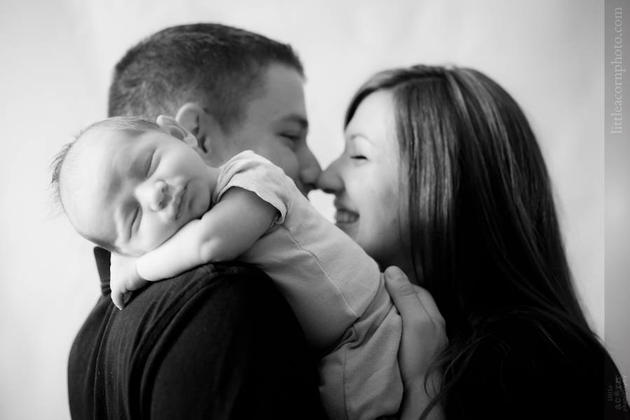 Photographs of the Fernández family newborn by Alabama photographers Little Acorn Photography.