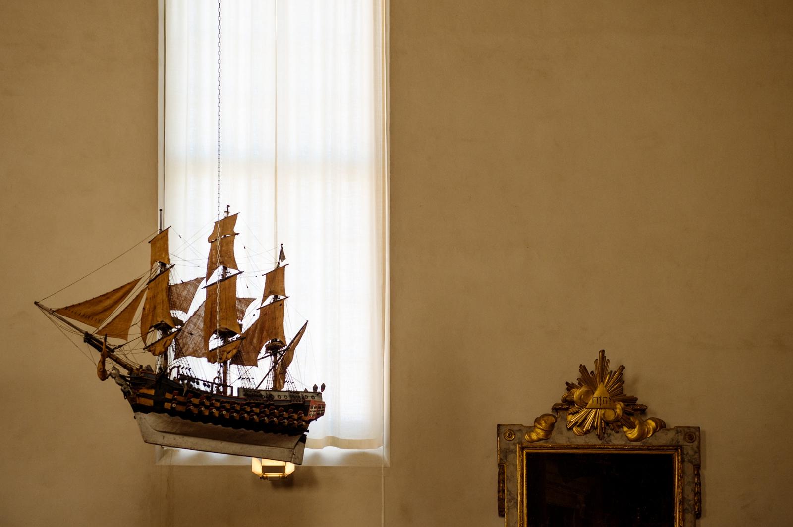 Hanging ship