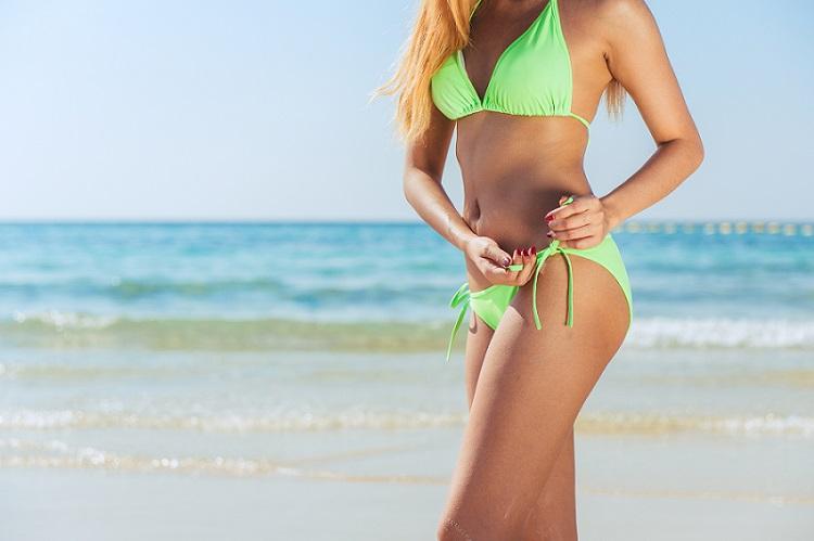 Mulher de biquíni na praia