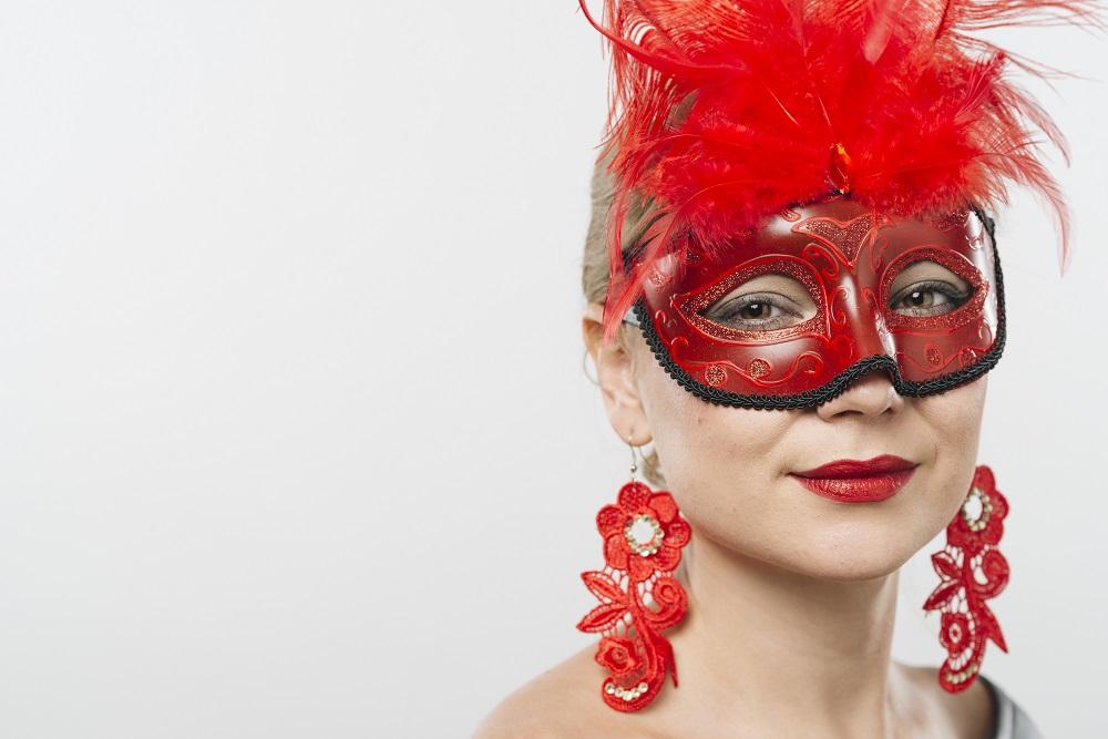 Máscara de carnaval e brinco