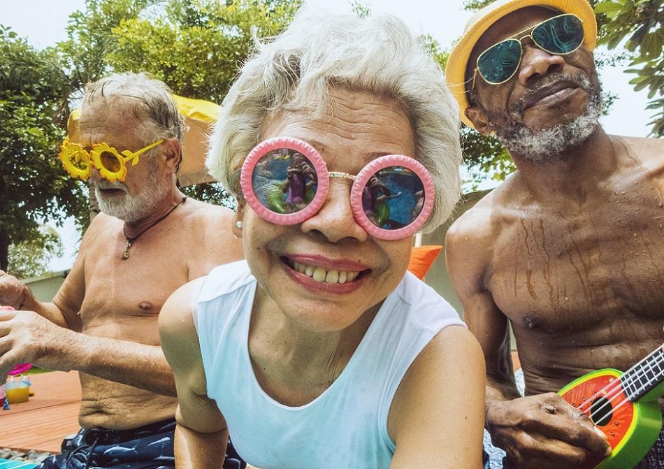 Pessoas de óculos de sol se divertindo
