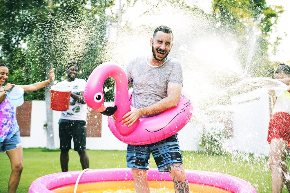 Homem com boia de flamingo