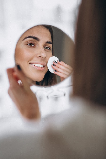 Mulher limpando o rosto