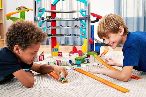 crianças brincando carrinho pista