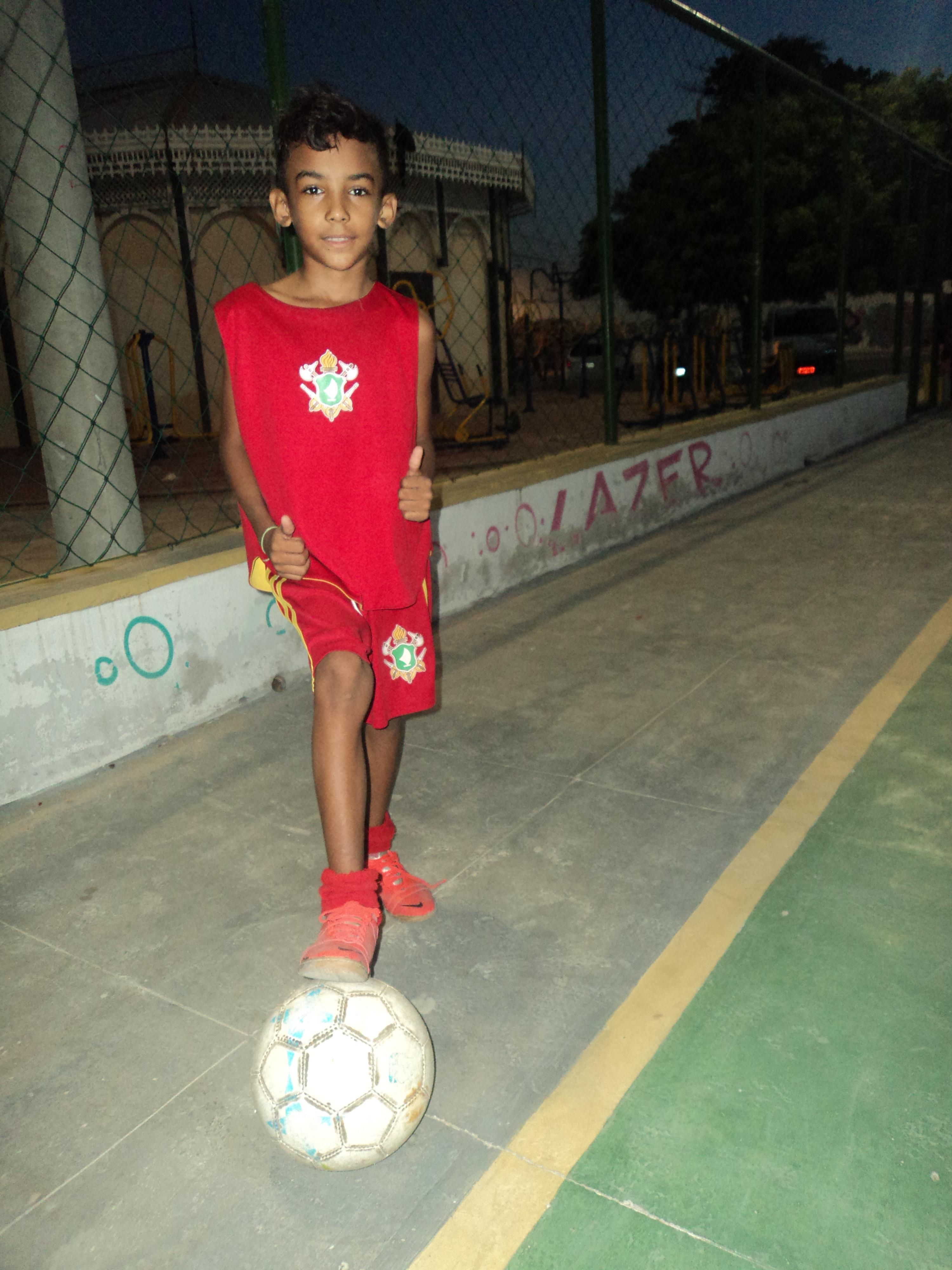 """""""Meu sonho é ser um jogador como um Cristiano Ronaldo, um Messi. Mas meu estilo é igual ao do Neymar"""".  Wesley Santos, 8 anos, aluno do projeto.Foto: Guilherme Custódio"""