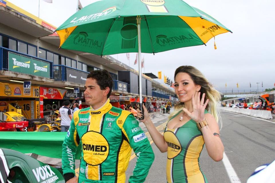 Hag trabalha como grid girl do piloto Marcos Gomes. Foto:Rafael Ferreira/Divulgação