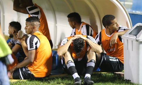 Jogadores alvinegros lamentam a eliminação do clube. Foto: Fábio Lima/O POVO