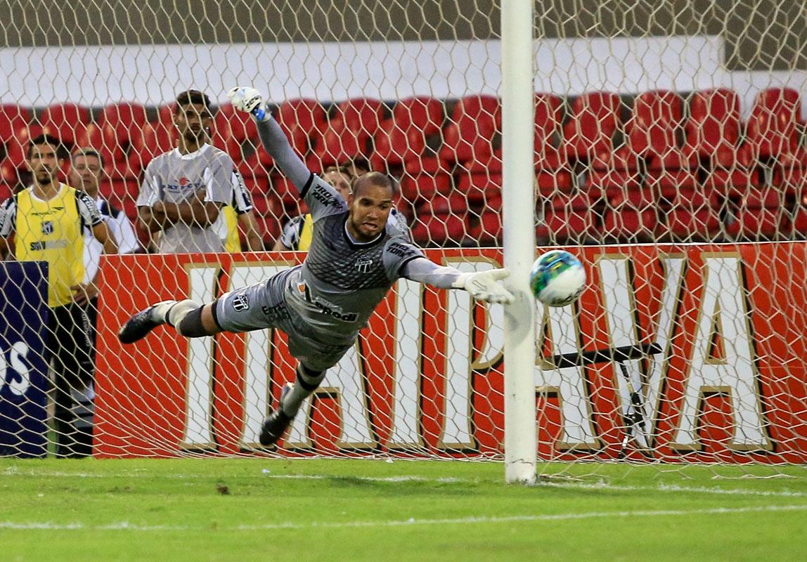 O goleiro alvinegro Éverson foi o destaque da partida com boas defesas. Foto: Ailton Cruz/Gazeta de Alagoas