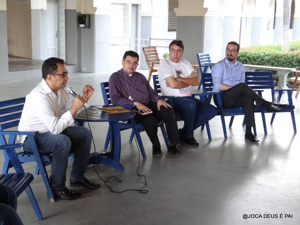 O encontro aconteceu na Faculdade Católica de Fortaleza e teve a presença do bispo auxiliar de Fortaleza, Dom Rosalvo Cordeiro Lima