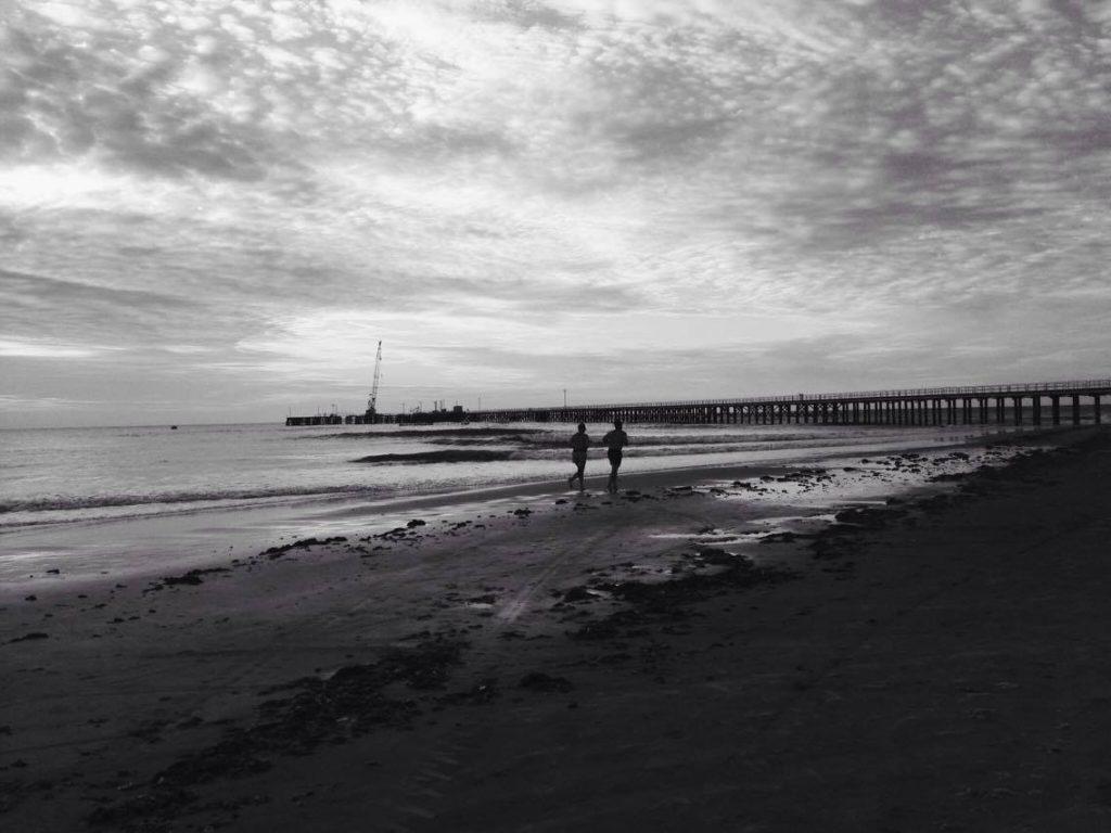 Seja no mar ou na areia, o ar puro instiga a prática desportiva. (FOTO: Rosana Romão)