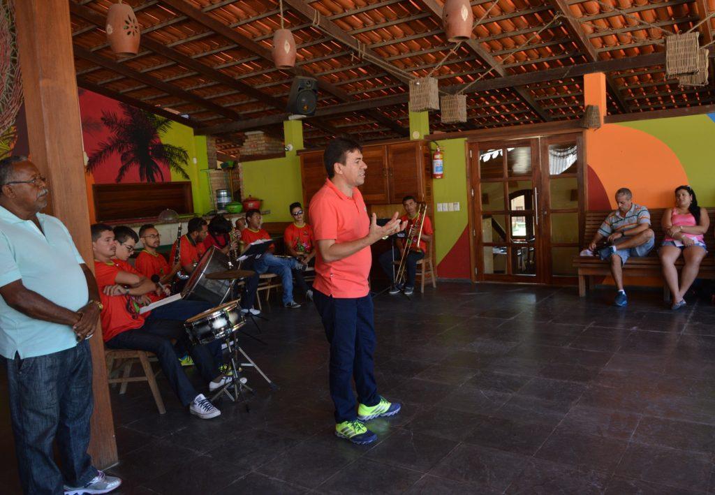 Prefeito de Paracuru, Sydeny Gomes, discursando. (FOTO: Hotel Vento Brasil)