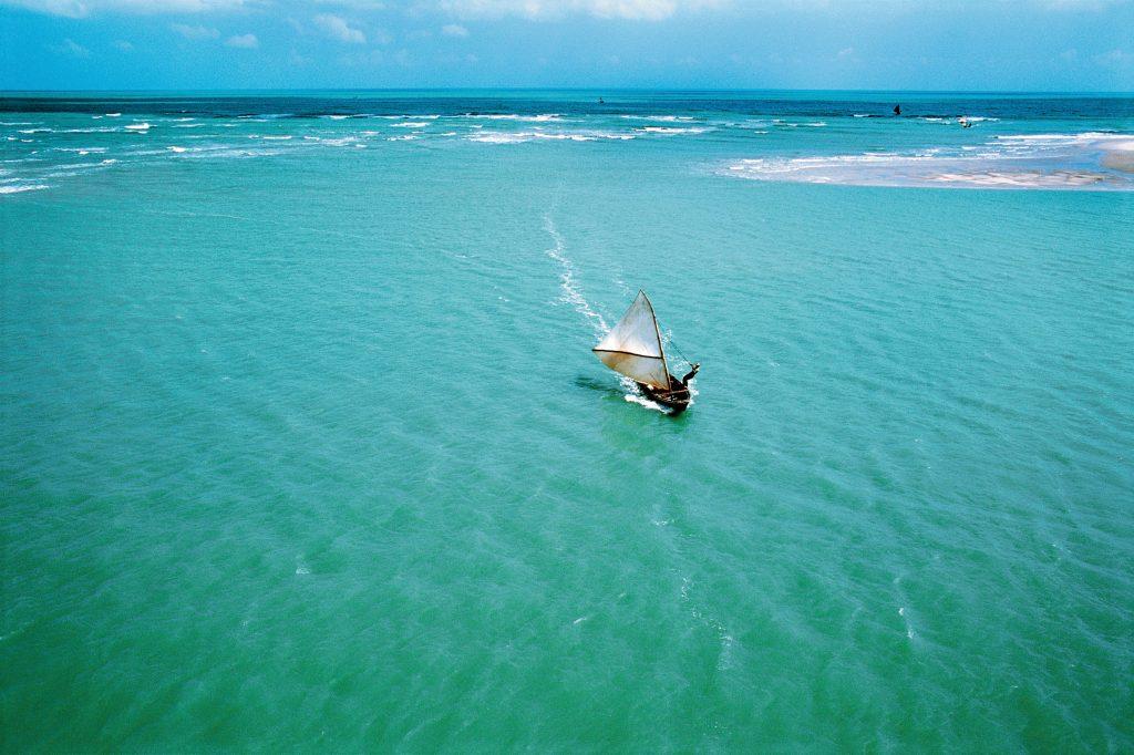 As águas verde-esmeralda, os coqueirais e as dunas brancas encantam o lugar. (FOTO: Ernanitur)