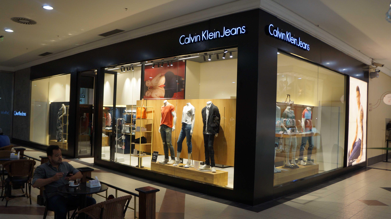 7a15bd367cede Conhecida no mundo da alta costura, a grife Calvin Klein, Inc. acaba de  reinaugurar sua loja no Del Paseo. Localizada no piso L2 do Shopping, ...
