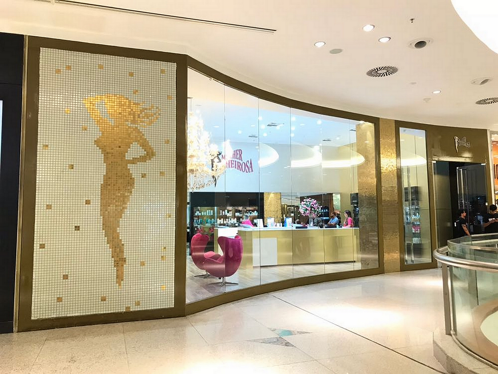 Um novo conceito em serviços de beleza, estética e bem estar chega ao  Recife, ainda em dezembro. A grife cearense de salões de beleza Mulher  Cheirosa ... 41ea574097