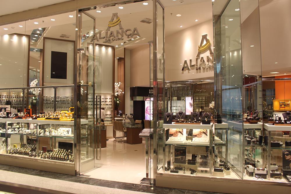 """A loja Aliança de Ouro promove a campanha """"Preços pela Metade"""" com um leque  de opções de óculos – solares e de grau – e relógios nas mais variadas  marcas e ... ef16b0cf21"""