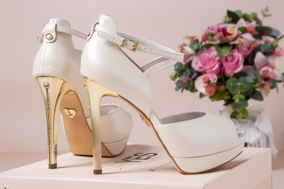c54374c26 Uma das peças mais importantes para a mulher na hora do casamento é o  sapato. As noivinhas – que no grande dia passam horas em pé – precisam de  conforto, ...