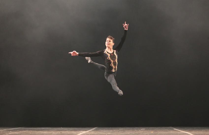 Israel Mendes em apresentação na Mostra Competitiva do Festival de Dança de Joinville. (Foto cedida pelo Studio de Dança Mainara Albuquerque/Autor não identificado)