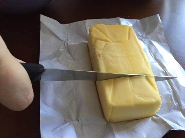 Você pode cortar 2/3 de uma barra de manteiga e derreter no microondas!