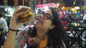 Eu e um hamburguinho modesto com pouco cheddar