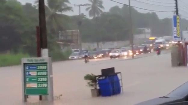 CE-040 virou um verdadeiro rio (FOTO: Reprodução Facebook)