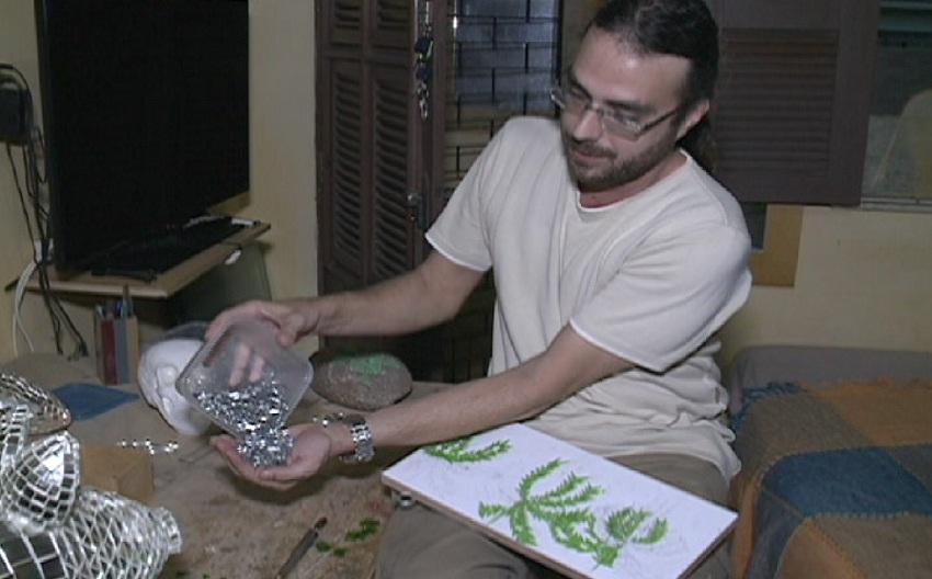 Cearense faz arte com pedaços de vidro (FOTO: Reprodução TV Jangadeiro)