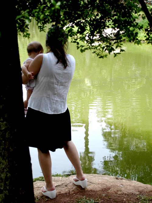Cerca de 80% das mães que trabalham fora de casa exercem também o papel de pai na vida de seus filhos. (FOTO: Flickr/ Creative Commons/ Maria Ruch)