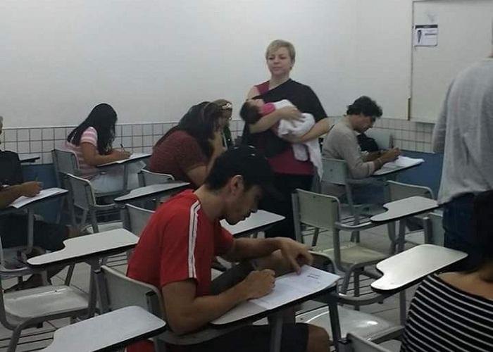 Professora segurou bebê enquanto mãe fazia prova na faculdade (FOTO: Reprodução)