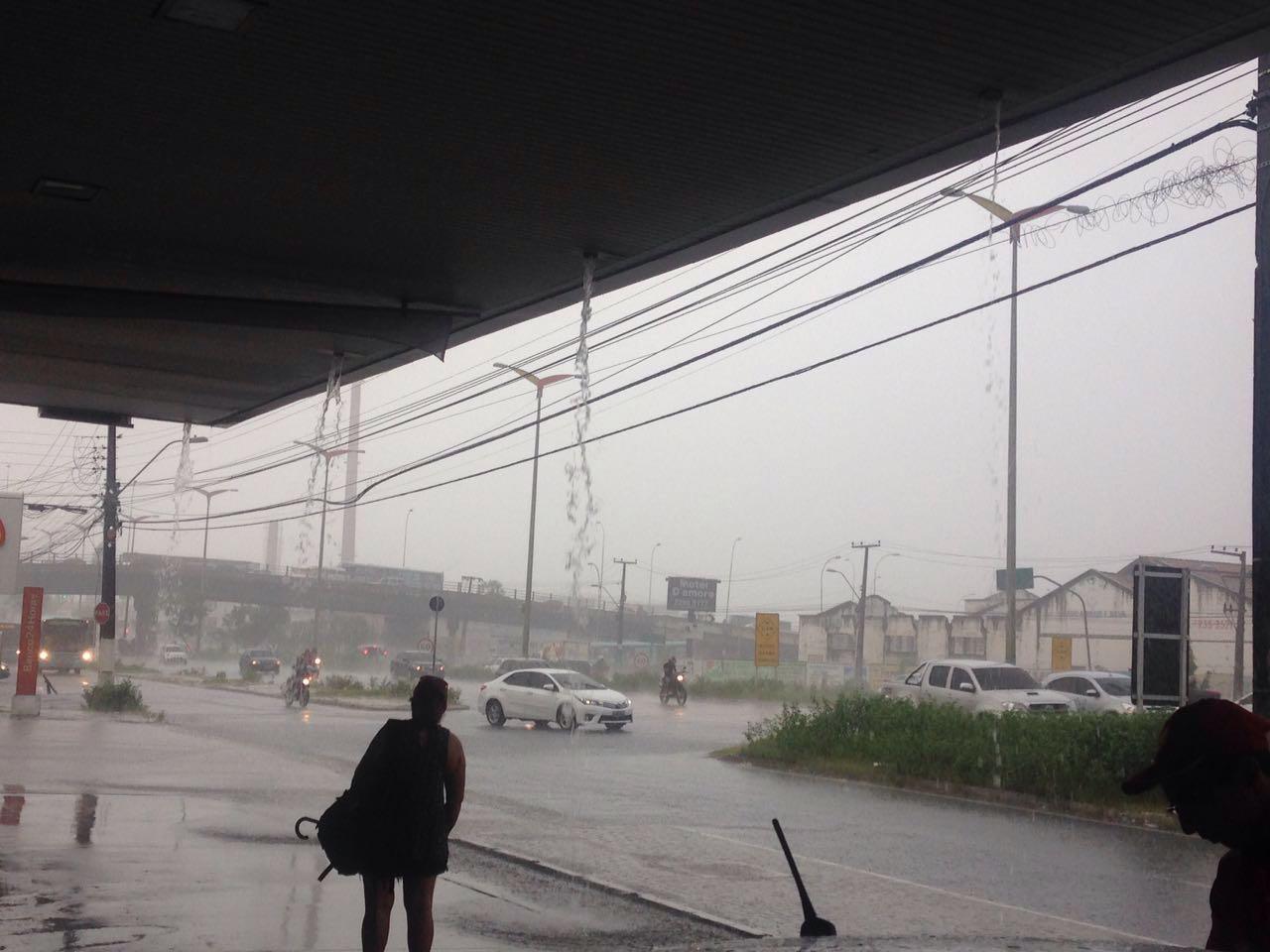 Av. Mister Hull ficou parcialmente alagada com a chuva deste manhã (FOTO: Whatsapp Tribuna do Ceará)