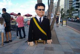 Boneco do Bolsonaro foi colocado para indicar ato (FOTO: Hayanne Narlla/ Tribuna do Ceará)