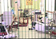 Diversos computadores e móveis ficaram danificados após a rebelião no Centro de Triagem (FOTO: Whatsapp Tribuna do Ceará)